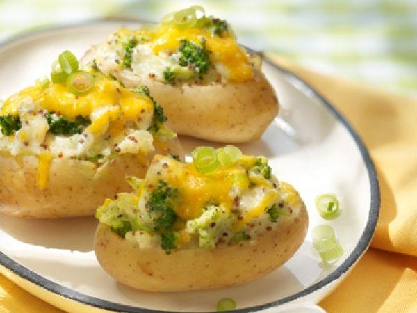 Gevulde aardappeltjes met lente-uitjes en cheddarkaas