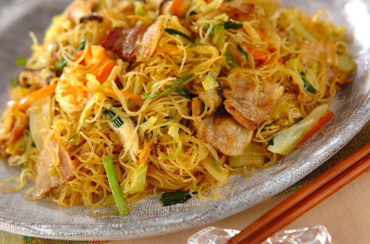 カレー粉で味付けをした、エスニックな炒め物。ボリューム満点です!具だくさんカレービーフン[エスニック料理/麺料理(フォー等)]2012.04.30公開のレシピです。