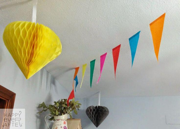 Fiesta Despedida Esther, vista panorámica de la decoración encima alacena. (Banderines de Tiger, bolas de panal de abeja IKEA, Detalles y Decoración Floral del jardín del Equipo Happy)