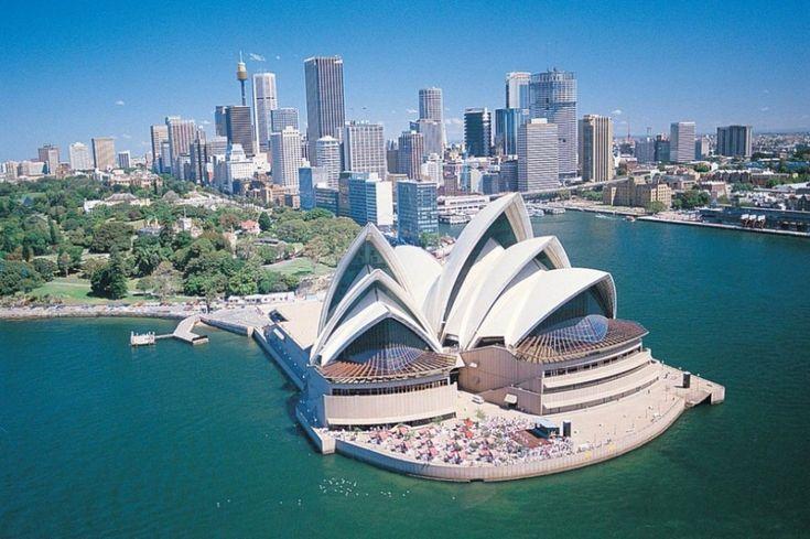 Сидней, Австралия. Город Сидней знаменит своим оперным театром, мостом Харбор-Бридж и своими роскошными пляжами. Жилые кварталы большого Сиднея окружены национальными парками.