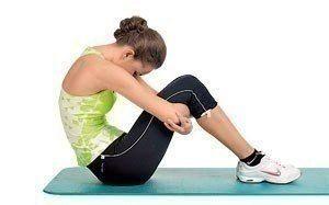 КАК ТЯНУТЬ МЫШЦЫ?      Во время тренировки важно не только напрягать мышцы, но и правильно расслаблять их.      Тянем ягодичные мышцы      ИП: встань на левое колено, правую стопу заведи за левую ногу.   1) Выполни наклон туловища с одновременным упором на предплечья. Кулаки направлены вверх.   2) В конечной точке движения (максимально низкий наклон) задержись на 30 секунд.   3) Медленно вернись в ИП. Выполни упражнение в другую сторону.      Тянем подколенные связки и сухожилия      ИП…