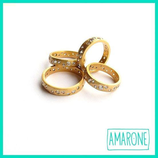El #Circon es la piedra natal de los que nacieron en diciembre. Estos anillos tienen esta piedra preciosa y se verán muy bien juntos. #Amarone #Jewels