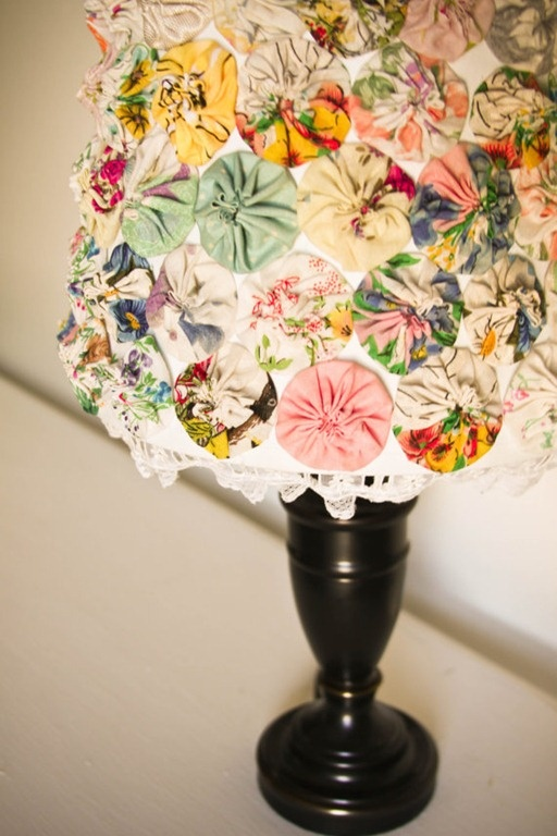 Yo-yo flower lampshade, not sure about the fabric here but I think I could make it cute!