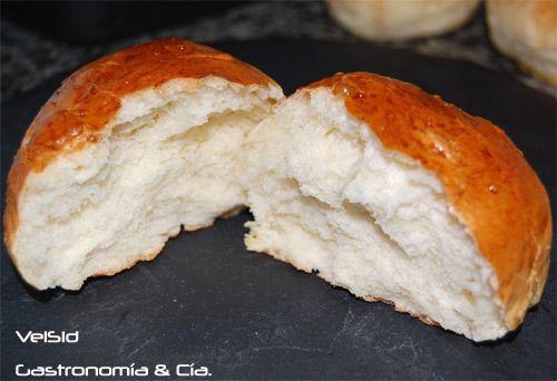 Receta de brioches caseros, unos esponjosos bollitos, algo dulces, con un delicioso sabor a mantequilla... Elaboración paso a paso de unos brioches al estilo francés, con consejos y fotos.