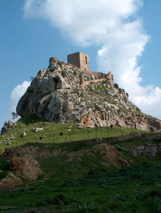 CASTLES OF SPAIN - Castillo de Belmez (Córdoba). Se tienen noticias del castillo desde el año 1245, aunque la torre principal y la muralla son posteriores, del siglo XV. Perteneció a la Orden militar de Calatrava después de pasar por el Concejo de Córdoba. En el siglo XV Córdoba fue un punto importante en la culminación de la Reconquista, el castillo de Belmez fue un importante baluarte para la conquista de la Granada nazarí.