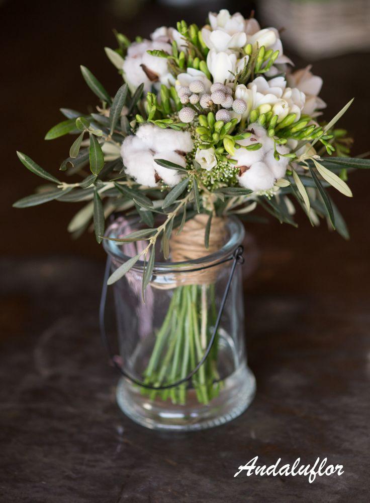 Ramo de novia con hojas de olivo, brunia, fresia y algodón.