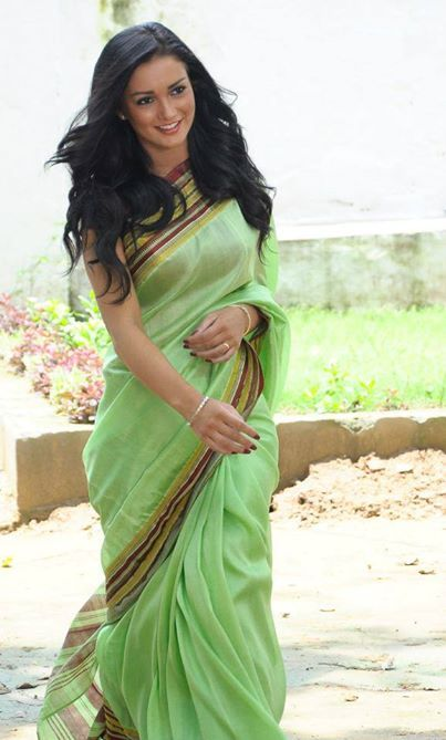 Amy Jackson In a green cotton saree. So simple. No fuss. Perfect for summer.