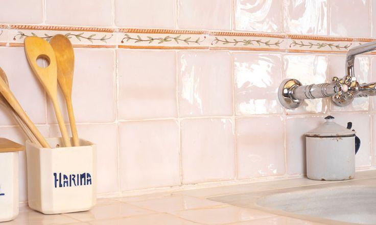 Combinaci n de azulejos artesanos blancos con cenefas for Ceramica para cocina
