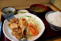 仙台市青葉区にある和風料理鈴本を紹介します このお店は安くて美味しくてボリューム満点な定食が味わえるお店です メインの料理とろろの小鉢豆腐となめこの味噌汁漬物が付いています しかもご飯のお代わり無料 この日は生姜焼き定食を頼みましたが他にもメニューが豊富にあってどれにしようか迷うほどです(;) 僕のイチオシのお店ですよ tags[宮城県]