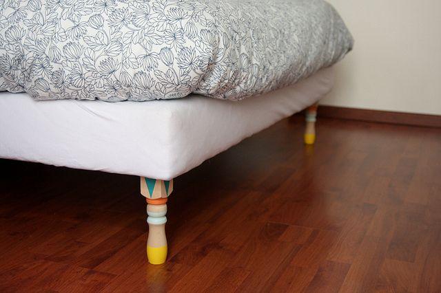 Changer les pieds de mon lit, de mes meubles et les customiser à la peinture.