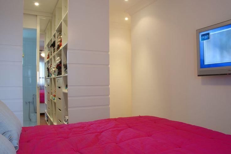 Dormitório casal ganha closet fechado em marcenaria
