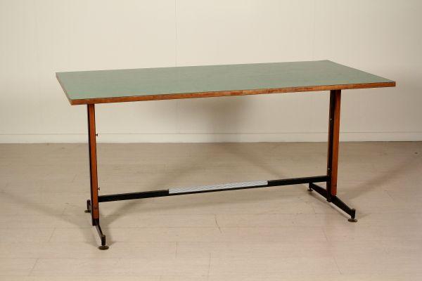 Tavolo scrivania; legno di teak, piano ricoperto in formica, metallo, ottone. Buone condizioni, presenta piccoli segni di usura.