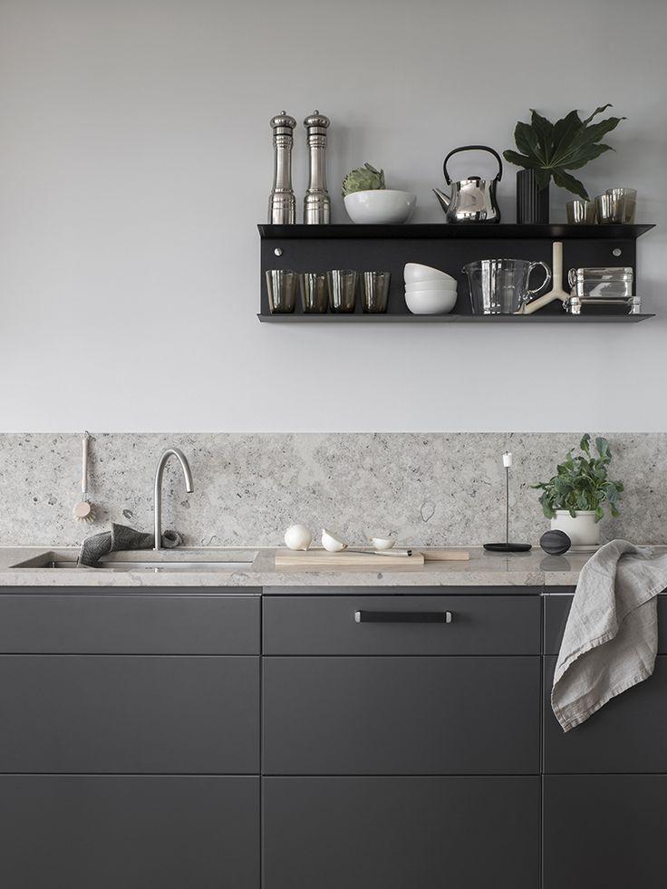 Dark grey kitchen with a natural stone top - COCO LAPINE DESIGNCOCO LAPINE DESIGN