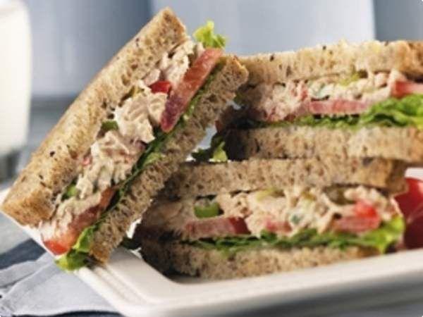 Receita de Sanduíche Natural de Atum. Receitas deliciosas e muito mais você encontra em Saborosa Receita, seu site de culinária.