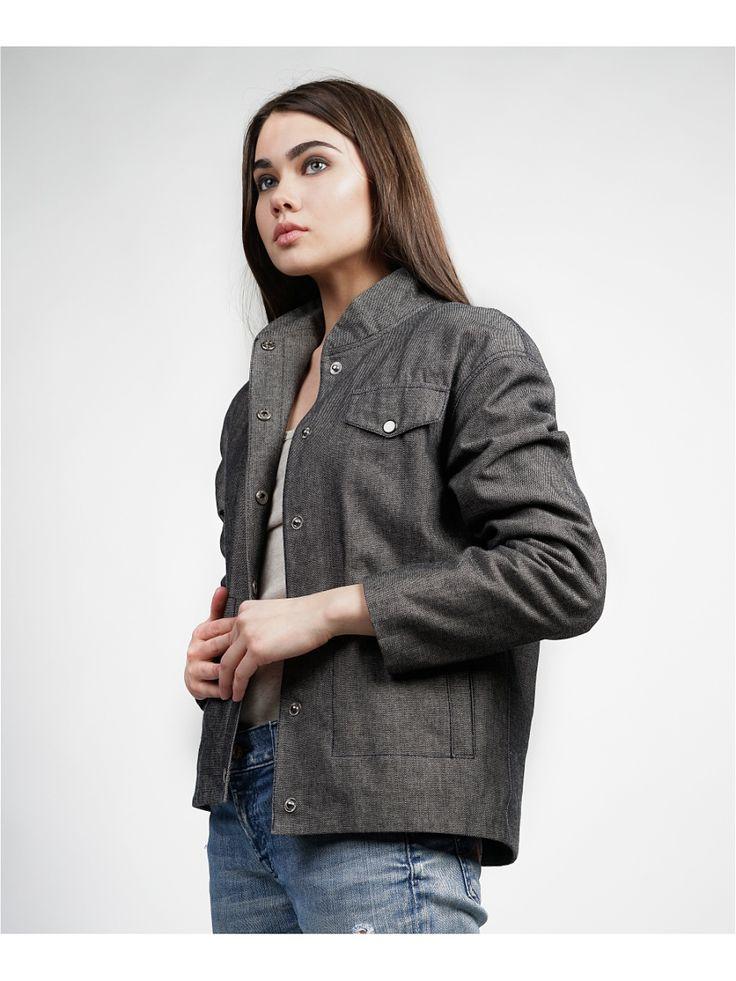 Легкая курта-бомбер на кнопках с прорезными карманами.