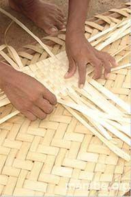 Mujer Piaroa haciendo una estera en palma de urú. ( Vichada- Colombia)