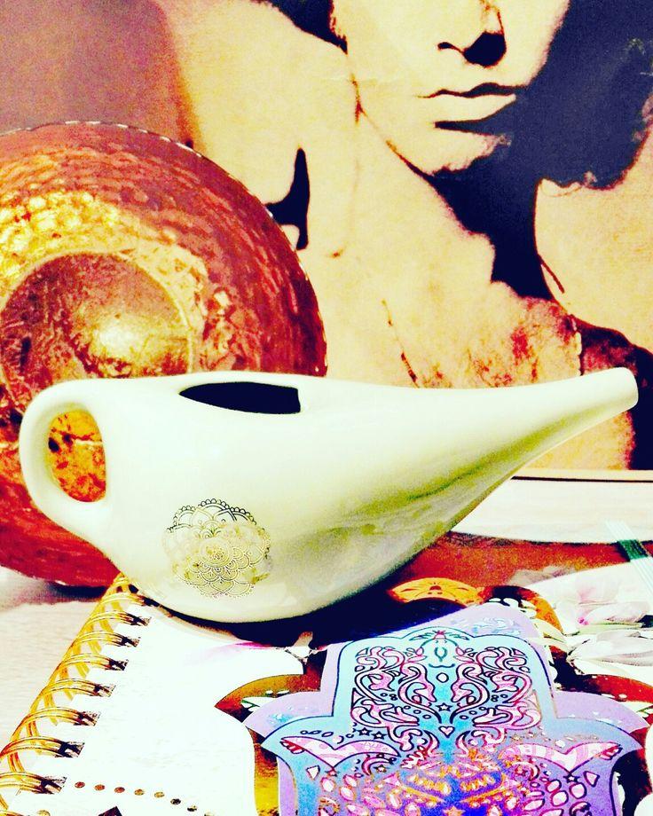 Nasenspülkännchen gegen Heuschnupfen #pollen #keramik #mandala (gold), Kanne für #nasenspülung #nasendusche #nethie #netipot #bothi #ayurveda #ayurvedicmedicine #nomedicines #naturmedizin #allergyfree #allergy #allergies #allergie #thedoors #thedoor #jimmorrison #hayfever #klangschalen #klangschale #handderfatima #gold #golden #singingbowl #soundbowl