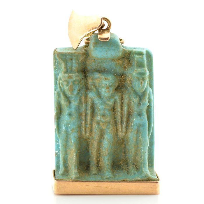 Een goede Egyptische faience triade amulet - 25mm  Een zeer populaire amulet in de Late periode was een miniatuur sculpturale groep vertegenwoordigen drie belangrijke goden die delen in de mythologie van Osiris speelde. Dit voorbeeld van groen/blauw geglazuurde faience toont Horus het kind permanent in het centrum zijn jeugdigheid aangegeven door zijn naaktheid en de sidelock van haar gedragen op zijn hoofd. Hij wordt geflankeerd door zijn moeder de godin Isis en haar zus Nephthys de twee…
