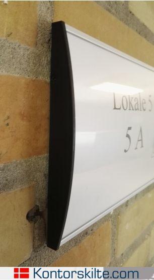 Vægskilt med let udskiftelig indhold opsat på skole. Vægskiltet sidder med tape, hvilket gør montagen enkel. Mangler du skilte til din skole? Se meget mere på vores hjemmeside www.kontorskilte.com