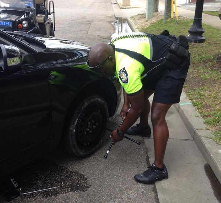 Myrtle Beach Police Officer helps change flat tire for motorist in Myrtle Beach