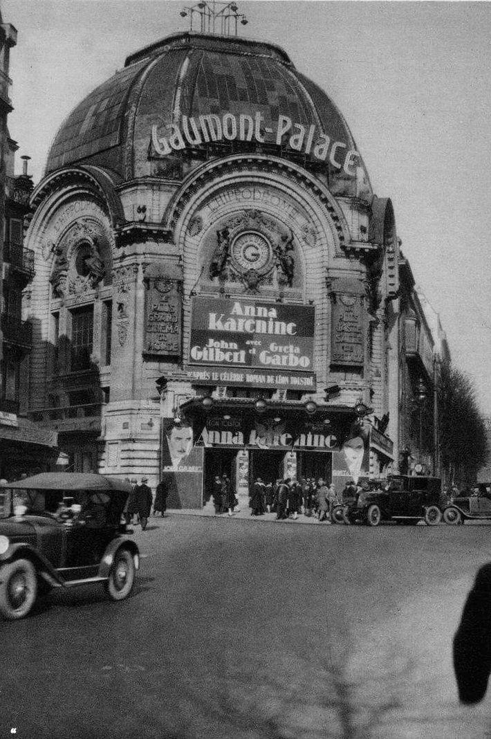 Le cinéma Gaumont Palace trônait Place Clichy. / Paris. / France. / By Germaine Krull, 1920.