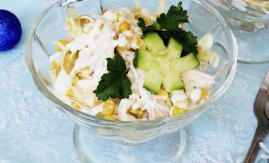 Lahodný salát s vejci, kuřecím masem a kukuřicí