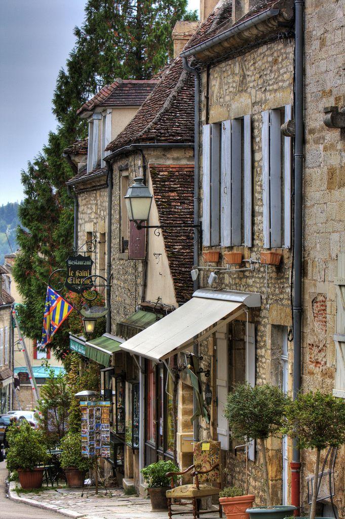 Vezelay (89) Rue St Etienne descendant vers la porte du Barle, entrée de la ville.