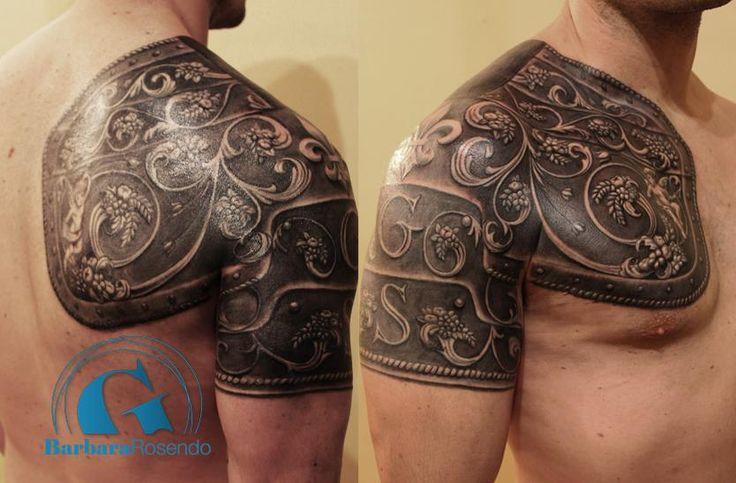 Une armure sur épaule et muscle pectoral signée Barbara Rosendo #tatouage #tattoo #Paris