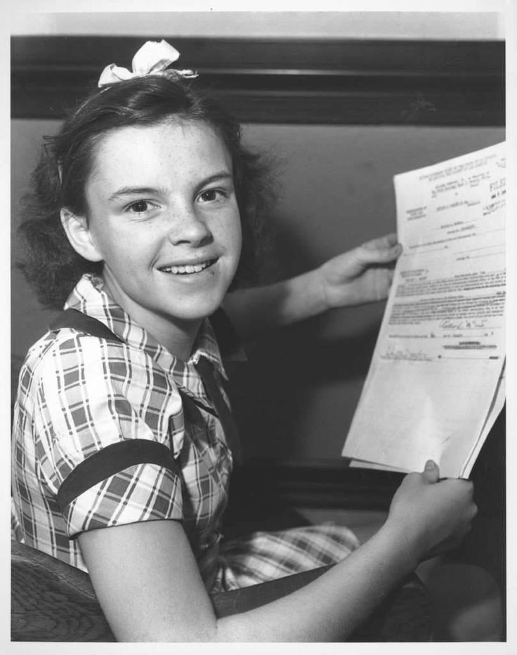 Judy Garland signing her MGM contract on Aug. 14, 1935.