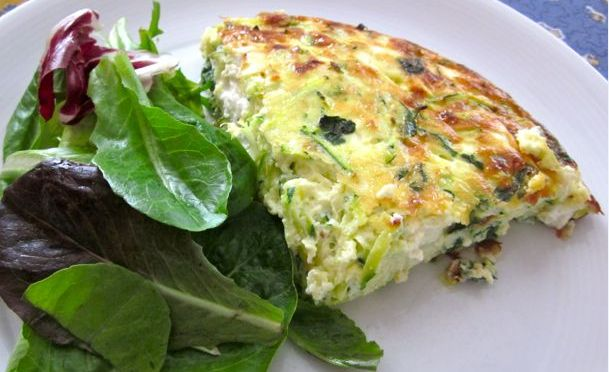 Η κολοκυθόπιτα της 'τεμπέλας'... Μια εύκολη συνταγή για μια νοστιμότατη πίτα με κολοκυθάκια και 3 διαφορετικά τυριά, με υπέροχα μυρωδικά, χωρίς φύλλο. Μια