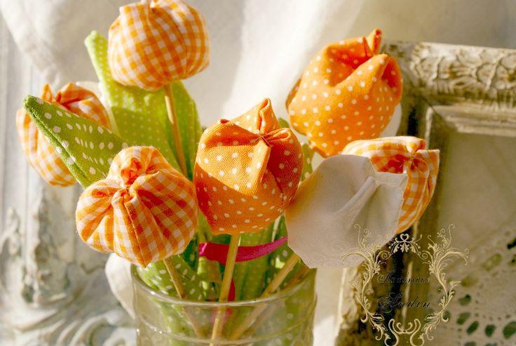 Jarní tulipán - oranžová, puntík Jako dáreček nebo jen tak, sobě pro radost. Květ tulipánu je ušit z bavlněné látky veselých jarních barev , stonek - špejle je zabalen do velkého listu.  Tulipánek je vhodný jako zápich do květináče, nebo jen tak položit na poličku. Hezky vypadá i několik svazků ve vázičce. Barva oranžová Výška +- 18 cm , průměr květu ...