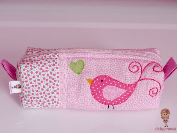Estojo patchwork pássaro. Loja: www.elo7.com.br/chiquetosa