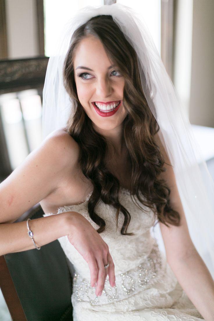 Glückliche Braut. Hochzeitskleid. Hochzeits-Haar. Hochzeits-Make-up. Rote Lippen. –  #braut #…