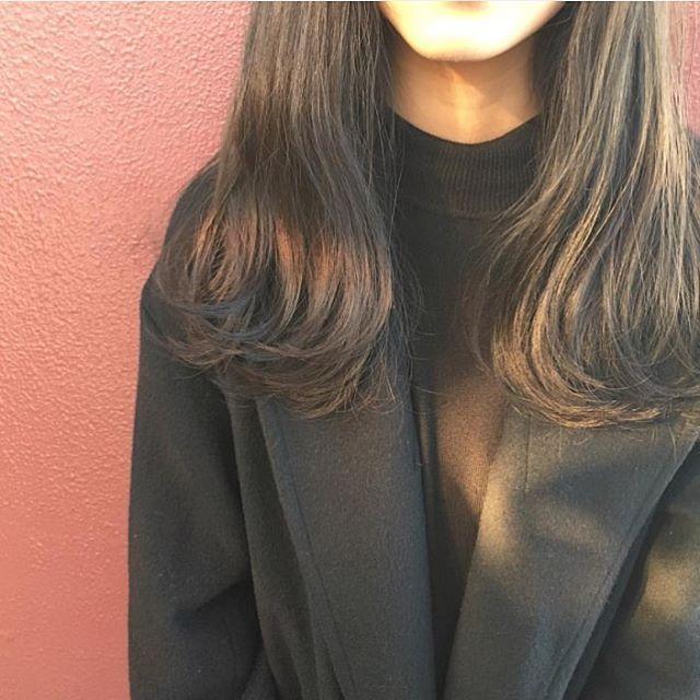 今回ご紹介するのは @ashidaboy さんのヘアカラー。 日が当たると綺麗な黄色味がかった色になるライムミントアッシュは 赤みが気になる方にオススメです。  #regram #locari #locari_hair #ロカリ #ロカリヘア #ヘア #ヘアスタイル #ヘアカラー #ヘアアレンジ  #ライムミントアッシュ #アッシュ #�hair #hairarrange #haircolor #hairstyle