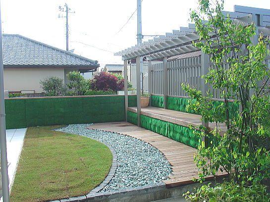 湘南の庭 オッフル ガーデンライフ 環境 屋上 芝 ■RC造の腰壁には、砂ゴケマットを。 ■グリーンコンテナに天然芝。 ■化粧砂利。 ■イペ材のスノコ。 ■アルミ材のパーゴラ。
