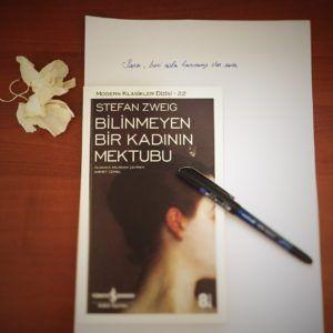 Yorum ve bilgiler bumesele.com'da. İyi okumalar 🤗 #bumesele #kitap #okumak #kütüphane #edebiyat #okumasaati #bookstagram #huzur #read #reading #booklove #booklover #booklovers #stefanzweig #bilinmeyenbirkadınınmektubu #bilinmeyenbirkadininmektubu #kültüryayınları #kulturyayinlari #briefeinerunbekannten #tavsiye #tavsiyemdir #filiccinintavsiyesi