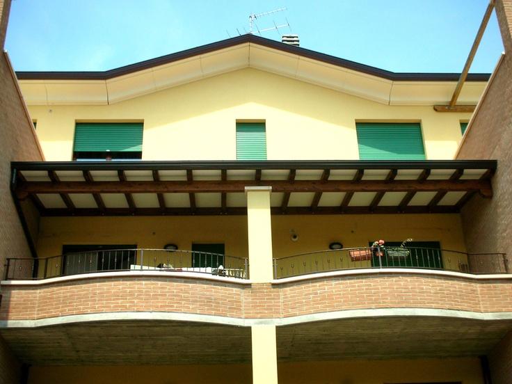 Copri terrazzo ad una falda montato al secondo piano linea classica profondità cm 200 struttura montata su colonna in mattoni allo scopo di rendere più