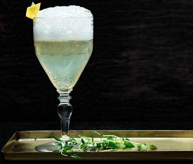 Den här friska drinken är perfekt att smutta på i väntan på middagen. Hemligheten bakom den aromatiska smaken i fläderdrinken är att låta några kvistar timjan ge karaktär åt sockerlagen.
