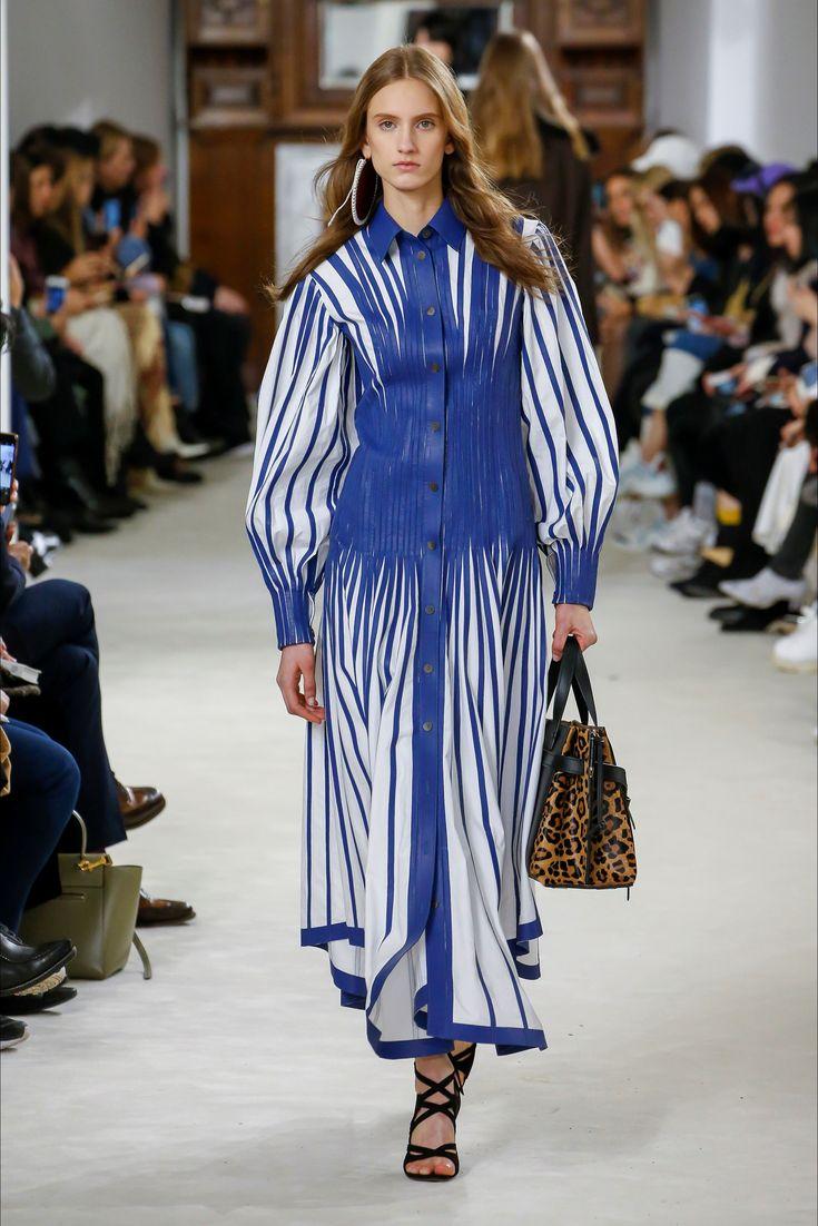Guarda la sfilata di moda Loewe a Parigi e scopri la collezione di abiti e accessori per la stagione Collezioni Autunno Inverno 2018-19.