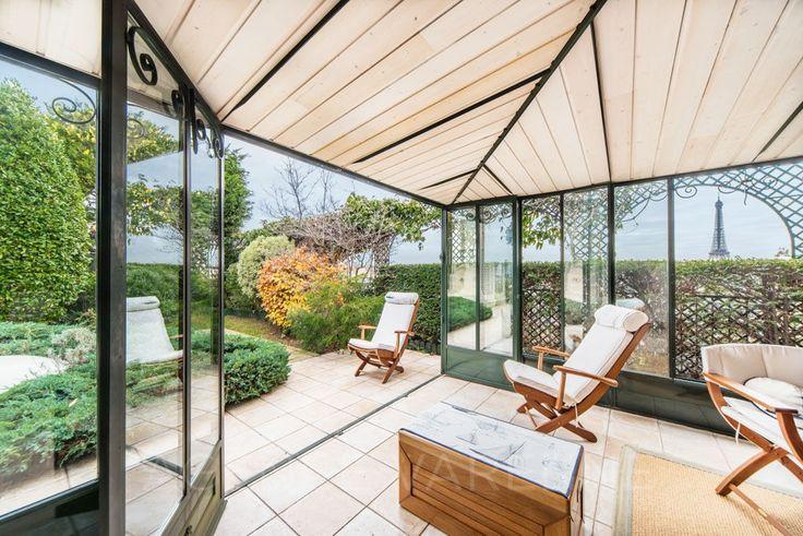 un appartement de 100 m² comme une maison avec terrasse-jardin de 123m² et et véranda de 17m² offrant une vue panoramique sur la Tour Eiffel et les toits de Paris.