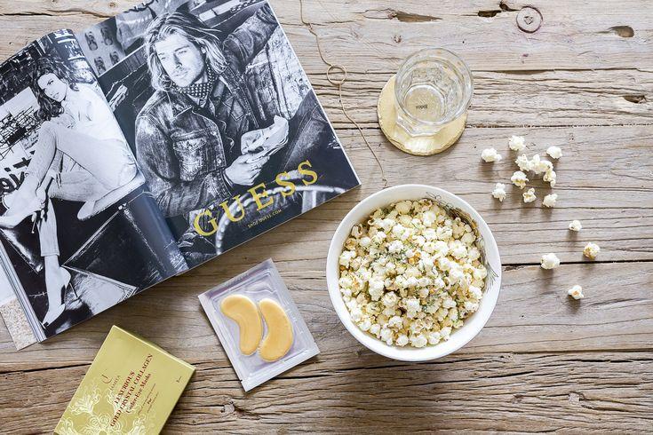 Denne toppingen er helt magisk, og det fine er at blandingen ikke utelukkende må brukes til popcorn, men den kan også brukes til for eksempel hjemmelaget chips av et eller annet slag. Jeg har i hvert fall tenkt til å teste ut om det fungerer på grønnkålchips eller osteflarn også. Det blir helt sikkert magisk!…