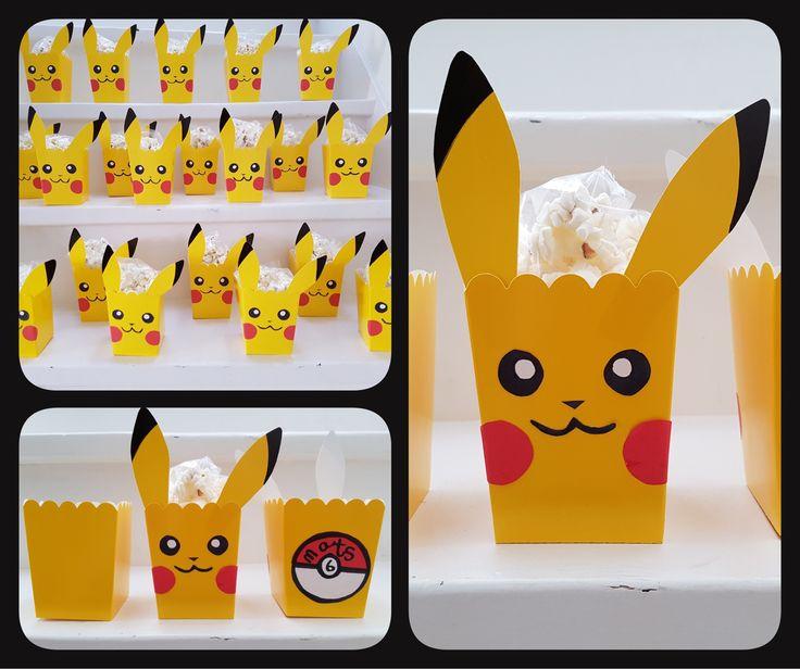 DIY Pikachu Pokemon popcorn box traktatie. Idee van pinterest en gegarandeerd succes! Oren geknipt van extra gele doosjes. Oogjes, mondje, neusje en wangetjes van papier met zwarte marker. Op de achterkant een pokebal met leeftijd en naam van de jarige. Gevuld met popcorn en traktatie is klaar!