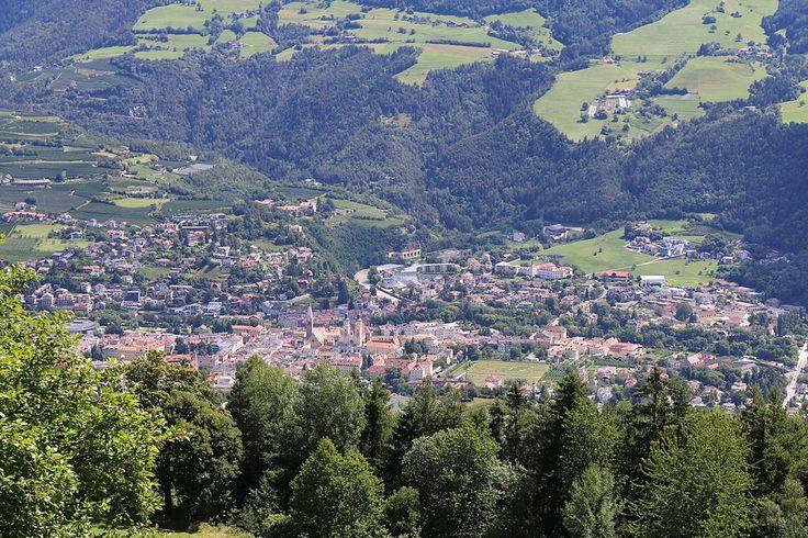 Brixen Innenstadt - Bressanone (N-E de l'Italie)- 2) ERMENGARDE DE TOURS.1.1 Biographie. Noble et très pieuse, elle est élevée par sa mère, AVA, dans l'esprit de la religion chrétienne, au milieu d'un monde encore semi barbare. Elle passe probablement une grande partie de sa jeunesse au monastère de Ste-Julie de Brixten (connu aujourd'hui sous le nom de Bressanone) dans la province autonome de Bolzano au N. de l'Italie où elle achève son éducation.