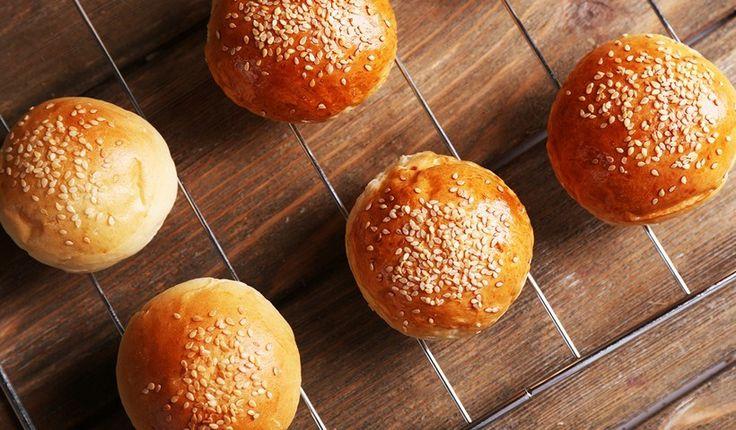 Δεν θα σας πάρει περισσότερο από 40 λεπτά να ετοιμάσετε αυτά τα αφράτα και νόστιμα ψωμάκια που είναι ιδανικά για πρωινό αλλά και για τα σπιτικά μπέργκερ σας. Δοκιμάστε τα και δεν θα θέλετε να αγοράσετε ξανά τα τυποποιημένα του σούπερ μάρκετ.