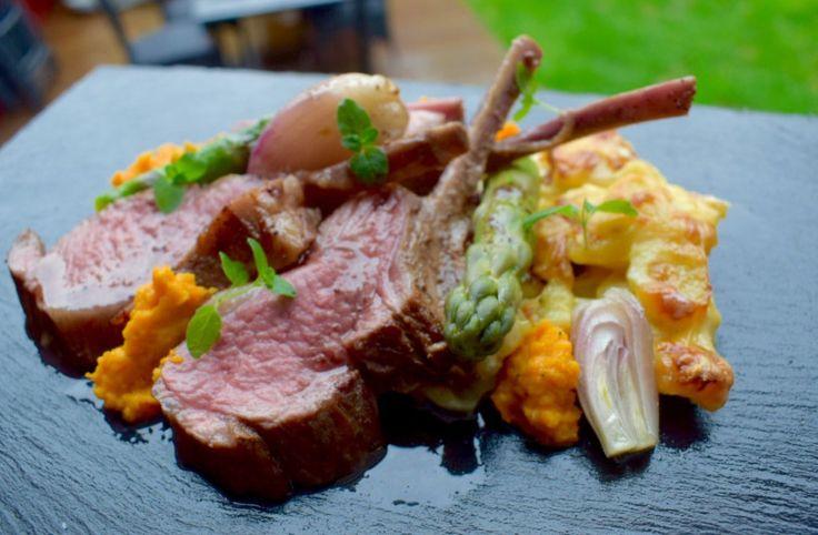 Lammecarrè med fløtegratinerte poteter, sky og grønnsaker. – gladkokken