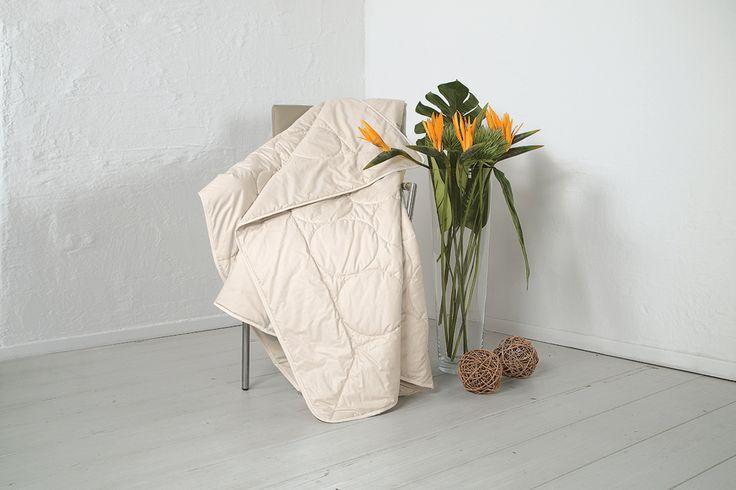 """Die Seiden-Leicht-Bettdecke """"Seta"""" verspricht luxuriöse Nächte unter leichter Seide in den warmen Monaten des Jahres. Die Naturfaser Seide besitzt gute klimaregulierende Eigenschaften und ist außerdem besonders hautverträglich. Die hier verarbeitete Bio-Tussah-Seide wird nachhaltig gewonnen, um den Seidenspinner zu schützen. Entspannte Nächte garantiert diese Decke vor allem wärme-empfindlichen Menschen."""