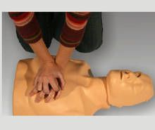 HLR-docka Practi-Man är ett mycket bra hjälpmedel när man ska lära sig rädda liv.  Dockan uppfyller de riktlinjer som publicerades av ERC 2010. Den är mycket smidig att ta med sig då den endast väger ca 1,5kg.  En indikator markerar när man gör korrekta bröstkompressioner och genom en sinnrik konstruktion är det möjligt att blåsa in luft i lungorna endast då huvudet är böjt bakåt i lämplig vinkel.  Rengöring är enkelt och går snabbt. Den tål alla vanligt förekommande rengöringsmedel och tack…