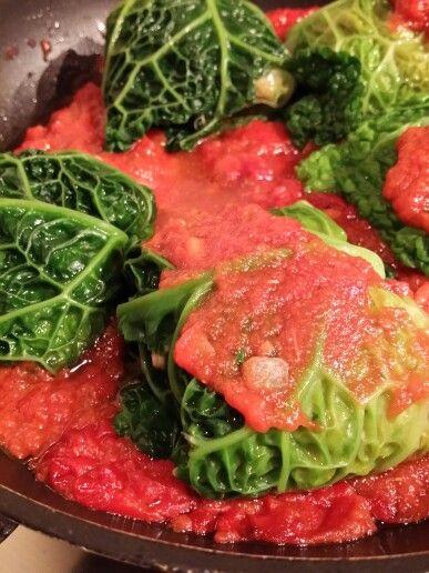 INVOLTINI DI CAVOLO VERZA  Cavolo verza, inizia il periodo della verdura di stagione. Ecco un esempio dove poter gustare questo buonissimo prodotto senza rinunciare al gusto. Considero questo un piatto unico, uno perché sono farciti, secondo perché son cotti in un sughetto dove è inevitabile la scarpetta  INGREDIENTI: *500g circa di polpa pomodoro *6 foglie, abbastanza grandi cavolo verza *2 fette di pan bauletto *1 uovo intero *2 salsicce lugalena *prezzemolo *misto per soffritto *sale…