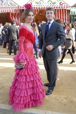 La Feria de Abril ya nos ha dejado imagenes espectaculares, chicas preciosas paseando por el Real y muchos rostros conocidos que han tomado con fuerzas el arranque de esta feria tan tardia. Entre las mas elegantes encontramos a la modelo andaluza Laura Sanchez que vuelve a Sevilla, y para ello ha escogido un fabuloso diseño …