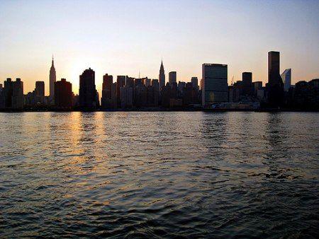pohled na Manhattan z Long Islandu   Autor: Samat Jain  Milionářská sídla a celebrity, to je Long Island |